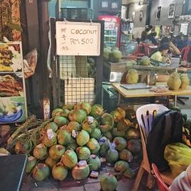 Odpadki po opróżnionych z wody świeżych kokosach