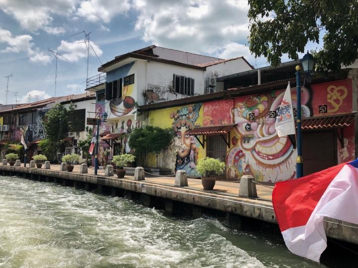 Kolorowe budynki wzdłuż rzeki