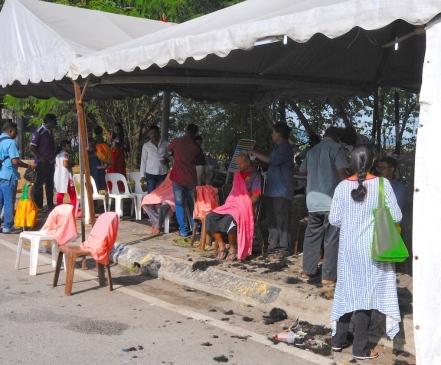 Przed wyruszeniem do świątyni mnóstwo ludzi goli się na łyso. Kobiety również. Usługi fryzjerskie świadczone są po drodze, przy drodze
