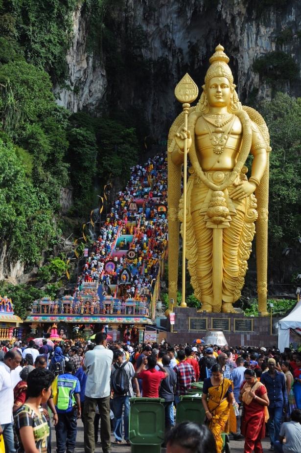 Tłum ludzi na schodach prowadzących do świątyni.