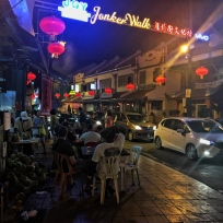 Główna ulica chińskiej dzielnicy nocą